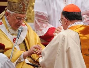O papa Bento 16 entrega anel de cardeal para o brasileiro Raymundo Damasceno Assis (dir.) durante celebração dos 24 novos cardeais na Itália
