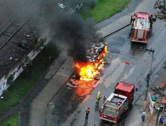 Micro-ônibus é incendiado no final da tarde desta quarta em Nilópolis, no Rio