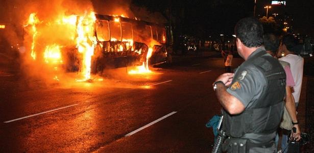 Ônibus da Viação São Silvestre foi incendiado na avenida Presidente Vargas, centro do Rio