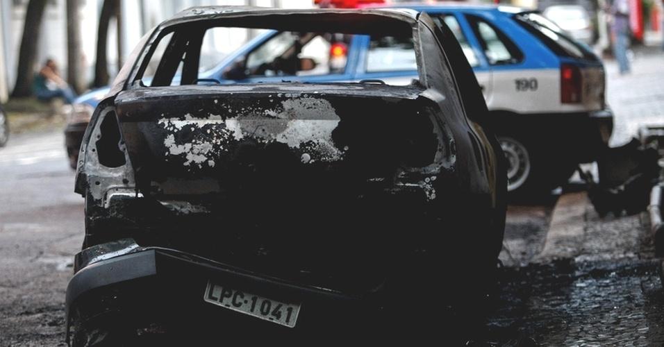 Veículo incendiado em Botafogo, na zona sul do Rio, nesta quinta-feira (25), quinto dia de ataques na cidade