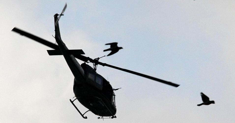 Helicóptero da polícia faz voos rasantes durante a operação no Morro do Alemão