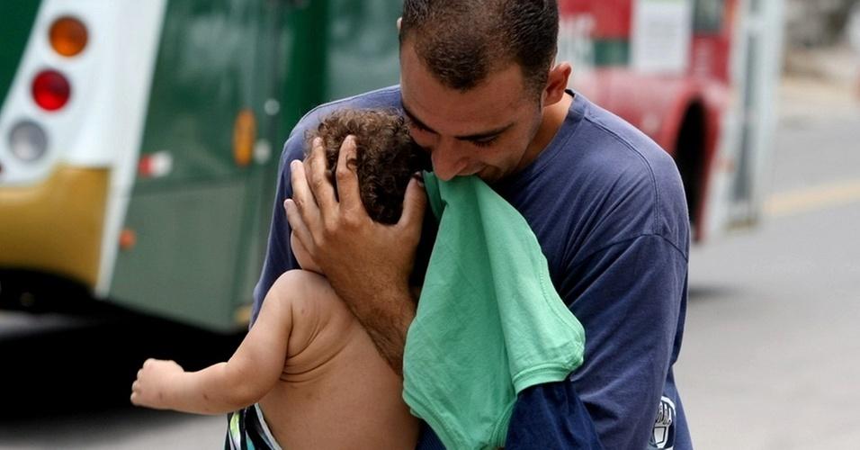 Homem protege criança durante tiroteio entre policiais e traficantes no Complexo do Alemão