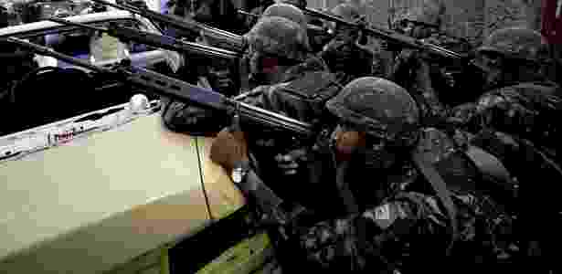 Soldados do Exército se posicionam nas principais entradas do Complexo do Alemão. Cerca de 2,6 mil homens participam da operação - Antonio Scorz/AFP