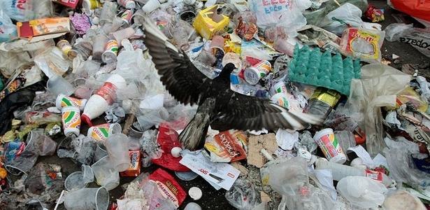 Lixo acumulado é visto nas ruas do Complexo do Alemão, na zona norte do Rio - Pedro Kirilos / Ag. O Globo