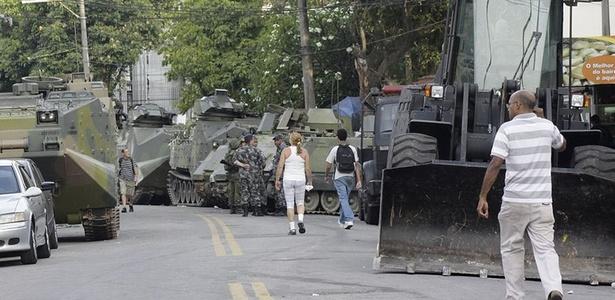 Moradores caminham entre fuzileiros e tanques perto da favela da Grota; veja mais imagens - Wesley Santos/AE