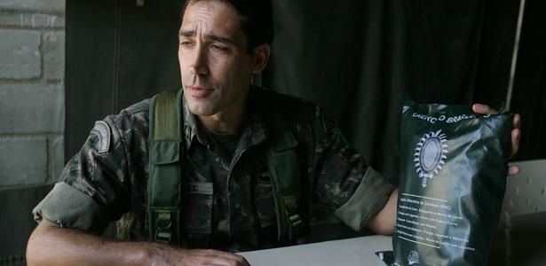 Tenente coronel Claúdio Penkal mostra ração usada pelo Exército brasileiro no Complexo do Alemão