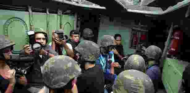 """Cerca de nove jornalistas """"passearam"""" no carro blindado da Marinha no Rio de Janeiro -  Pedro Teixeira/Futura Press"""