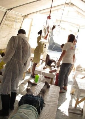 Médicos atendem pacientes em um dos Centros de Tratamentos para a Cólera