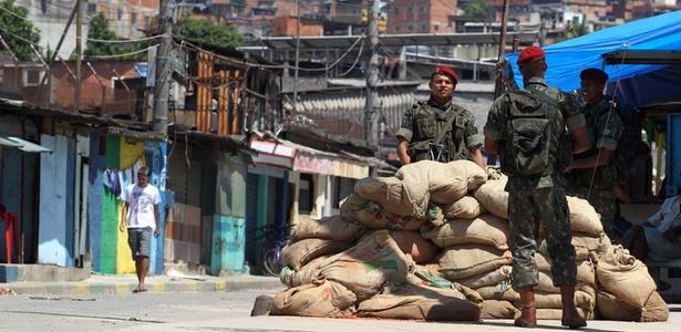 Tropas do Exército em ocupação no Complexo do Alemão, na Penha, zona norte do Rio