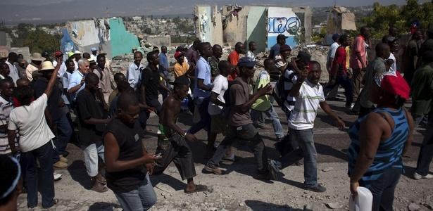 Manifestantes que pedem anulação das eleições de 28 de novembro fazem passeata em Porto Príncipe