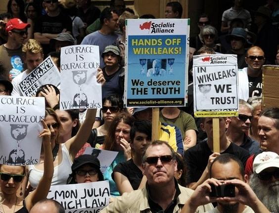 Centenas de australianos participam de protesto contra a prisão do fundador do site WikiLeaks, Julian Assange, em Sydney, nesta sexta-feira (10)