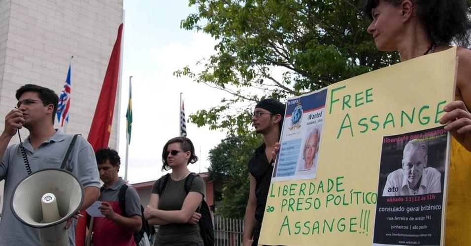 Ato pela liberdade de Julian Assange em frente ao Consulado Britânico, na zona oeste de São Paulo