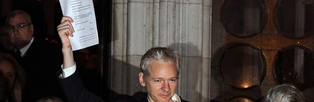 Julian Assange, fundador do WikiLeaks, é libertado após pagar fiança