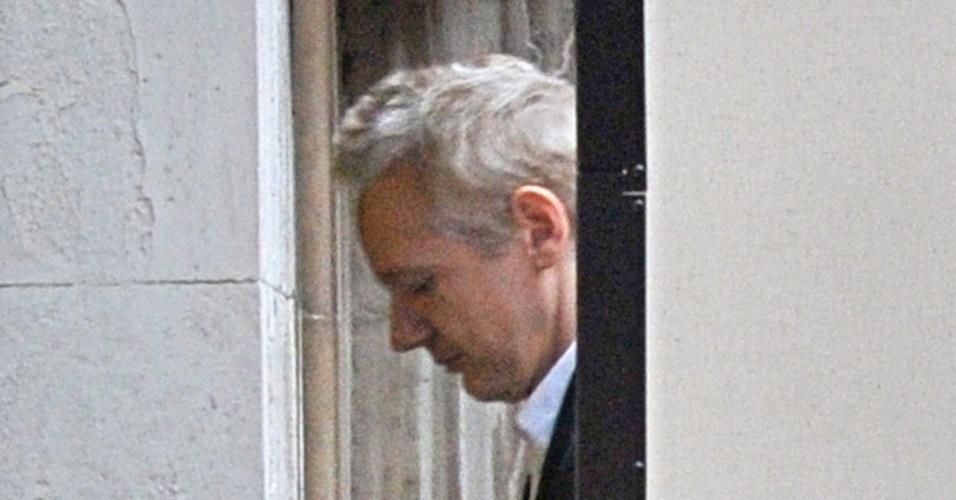 O fundador do WikiLeaks, Julian Assange, chega à Alta Corte britânica nesta quinta-feira (16)