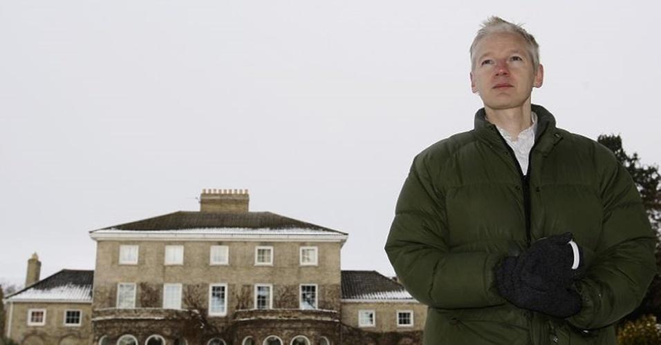 O fundador WikiLeaks. Julian Assange, concede entrevista à imprensa local em frente a casa de Vaughan Smith, em Suffolk, leste do Reino Unido, onde ele ficará até a próxima audiência com a justiça britânica