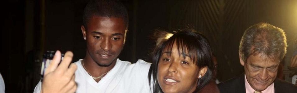 Dayanne de Souza, ex-mulher de Bruno, abraça o irmão após deixar a prisão