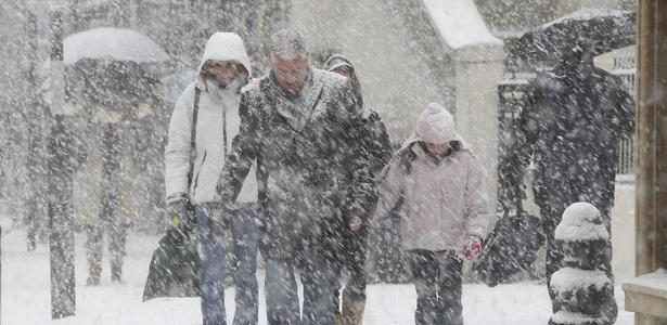 Tempestade de neve atinge o centro de Londres, no Reino Unido, neste sábado (17); veja fotos