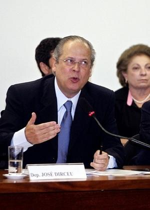 O  ex-ministro e deputado federal José Dirceu (PT-SP) presta depoimento no Conselho de Ética da Câmara dos Deputados enquanto o deputado federal Roberto Jefferson (PTB-RJ) (à dir.) se dirige a seu lugar, em Brasília (DF), em agosto de 2005