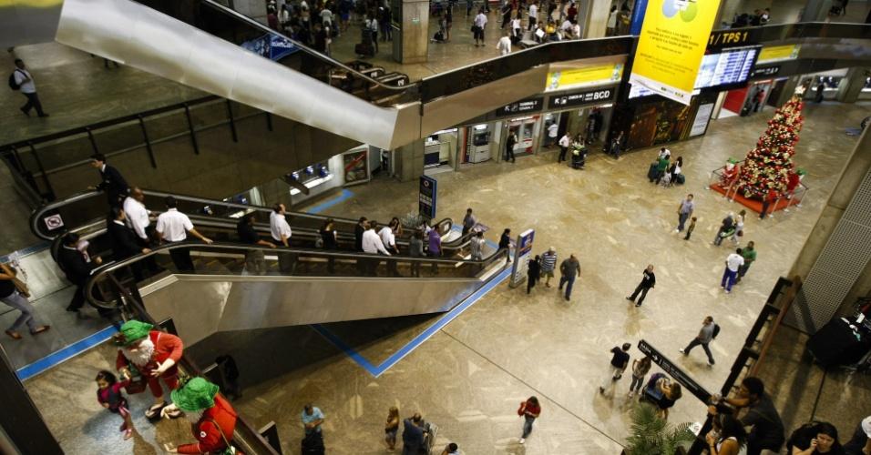 Movimento de passageiros no aeroporto de Cumbica, em Guarulhos (SP), nesta segunda-feira (27)