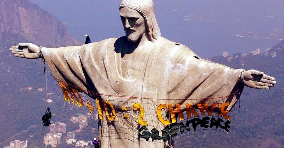 Dez anos após a realização da ECO 92, no Rio de Janeiro, novo fórum internacional se reuniu na Rio + 10m, em Johanesburgo, na África do Sul, para tentar chegar a um acordo sobre a interferência do ser humano sobre o meio ambiente