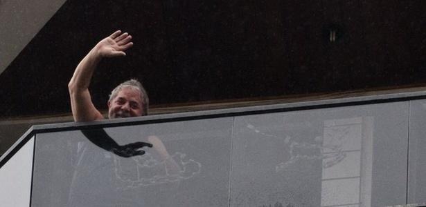 Lula na varanda de seu apartamento, em São Bernardo do Campo
