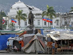 Mulheres em acampamento para desabrigados na capital Porto Príncipe, em frente à sede do governo haitiano, ainda em ruínas
