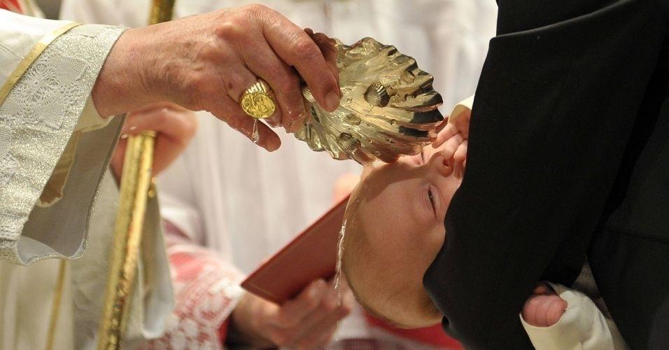 """O papa Bento 16 batiza bebê durante cerimônia que comemora o Dia do Batismo, celebrada neste domingo na Capela Sistina do Vaticano; o papa declarou que a instituição da família está """"ameaçada"""""""