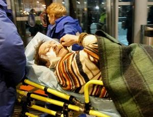 Equipe de socorro leva vítima de explosão no aeroporto Domodedovo, em Moscou