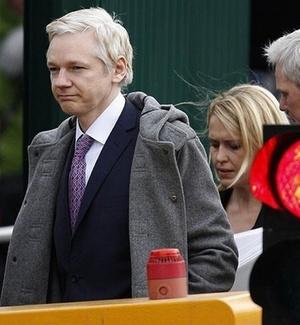 Julian Assange comparece a tribunal no processo de extradição para a Suécia