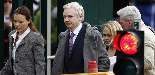 Julian Assange comparece a tribunal no processo de extradição para a Suécia - Matt Dunham/AP