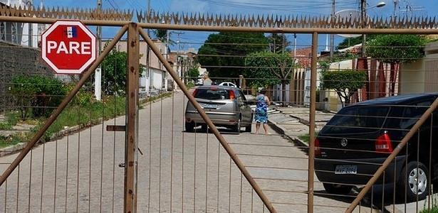 Durante onda de violência em 2011, em Maceió, população fecha ruas e põe grades em estabelecimentos para enfrentar insegurança