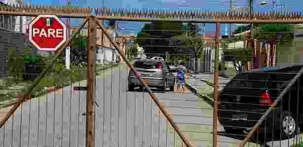 Durante onda de violência em 2011, em Maceió, população fecha ruas e põe grades em estabelecimentos para enfrentar insegurança - Beto Macário/Especial para o UOL
