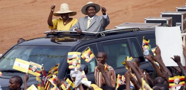 Yoweri Museveni acena ao público pouco dias antes da eleição, em novembro de 2011