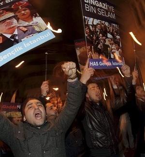 Manifestantes turcos se manifestam contra o governo de Gaddafi em frente ao consulado da Líbia em Istambul, na Turquia