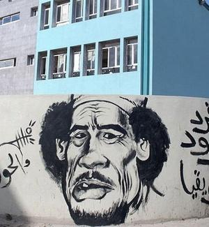 Grafite mostra caricatura do ditador Muammar Gaddafi com a expressão