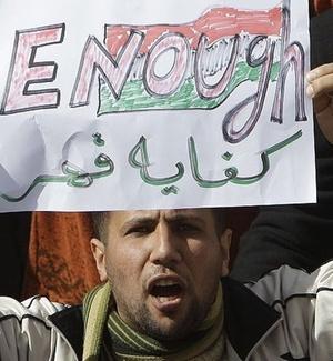 Manifestante segura cartaz escrito