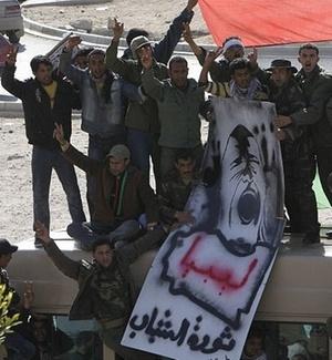 Soldados do Exército da Líbia participam de manifestação contra o presidente Muammar Gaddafi em Tobruk; parte das Forças Armadas do país desertaram e se uniram aos manifestantes