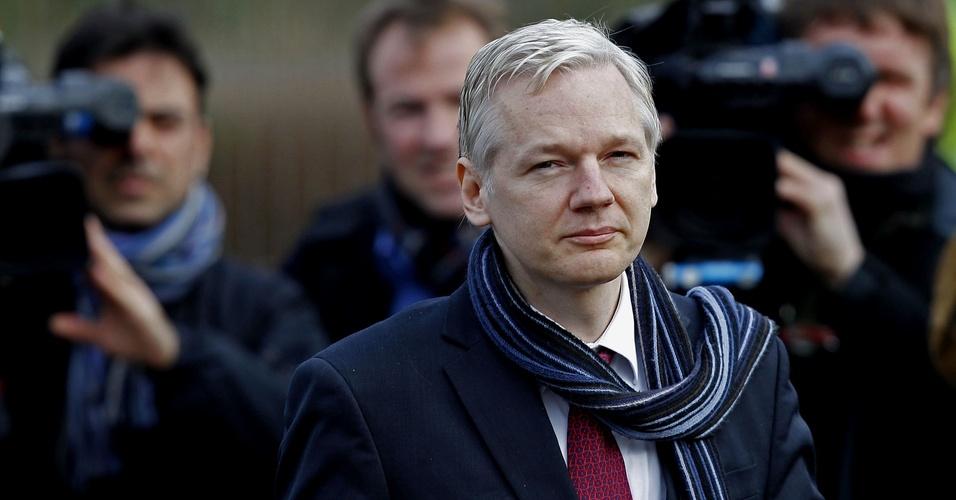 O fundador do WikiLeaks, Julian Assange,chega ao tribunal de Belmarsh, em Londres, para audiência sobre a possibilidade de ser extraditado para a Suécia