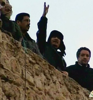 Muammar Gaddafi acena para uma multidão de seguidores na praça Verde, em Trípoli
