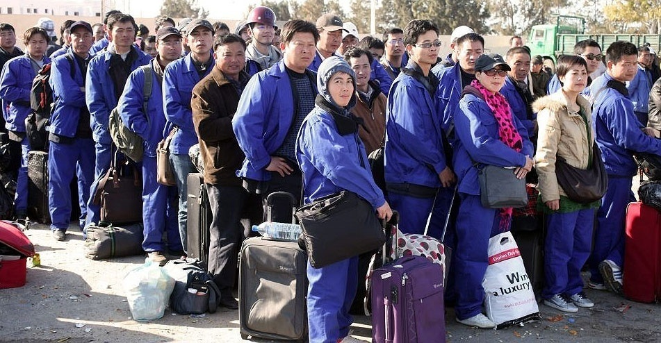 Grupo de trabalhadores chineses tenta entrar na Tunísia, após deixar a Líbia