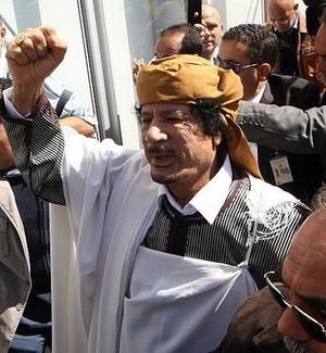 Muammar Gaddafi chega para a cerimônia do 34º aniversário da instauração do
