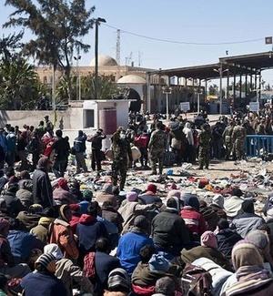 Refugiados aguardam autorização para deixar Líbia na fronteira do país com a Tunísia