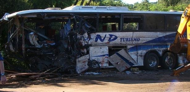 Ônibus que levava integrantes de uma mesma comunidade do interior do Rio Grande do Sul ficou destruído após bater em caminhão carregado com madeira. Mais de 25 pessoas morreram