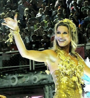 Destaque da Vila Isabel, a modelo Gisele Bündchen desfila na Sapucaí