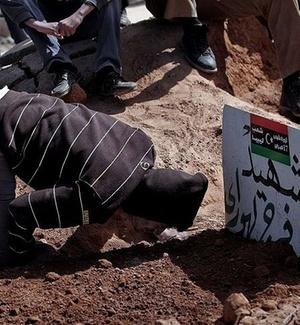 Rebelde líbio chora a morte de parente em batalha pelo controle de Bin Jawad
