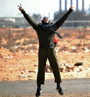 Rebelde líbio comemora ao tomar controle do porto e do terminal petrolífero de Ras Lanuf, 200 quilômetros ao leste de Sirte