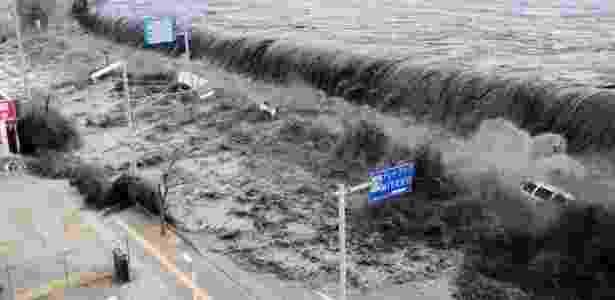 Foto divulgada neste domingo mostra momento em que tsunami invade a cidade de Miyako, na província de Iwate, no nordeste do Japão, durante terremoto da última sexta-feira (11)  - Mainichi Shimbun/ Reuters