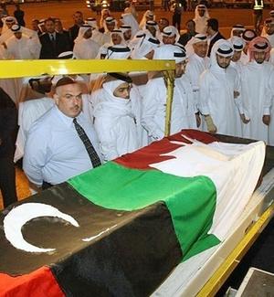 Corpo do cinegrafista da rede de TV Al Jazeera Ali Hassan Al Jaber chega a Doha (Qatar) nesta segunda-feira (14); ele foi morto na cidade de Benghazi, durante cobertura dos conflitos na Líbia