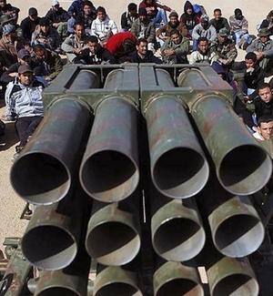 Forças leais ao coronel líbio Muammar Gaddafi lançaram nesta segunda-feira (14) novos ataques áreas contra as forças rebeldes que ocuparam as cidade de Ajdabiyah e Zuwarah
