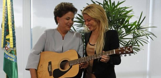 Em visita a Dilma Rousseff em Brasília, Shakira doou um violão autografado à presidente